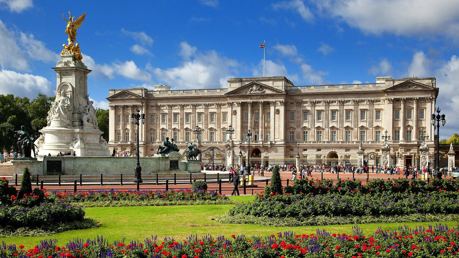 11 Amazing Royal Palaces Across The World You Have To Visit! (4)
