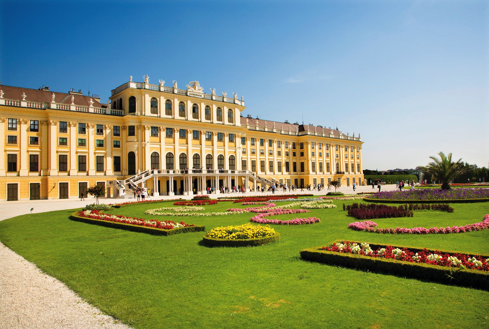 11 Amazing Royal Palaces Across The World You Have To Visit! (6)