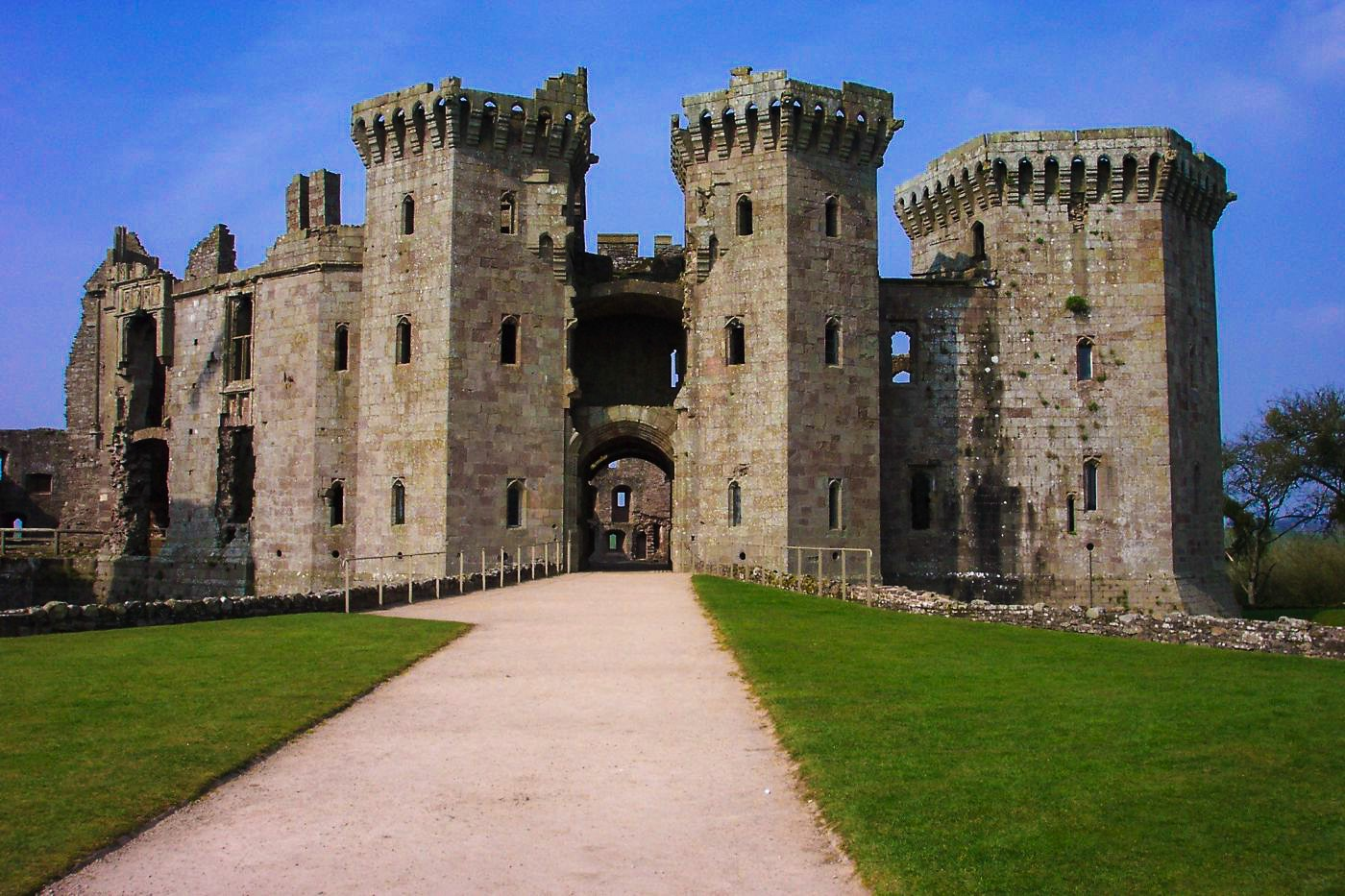16 Fairytale Castles You Must See in Wales! Beaumaris Castle Caernarfon Castle Caerphilly Castle Carreg Cennen Castle Castell Coch Chepstow Castle Conwy Castle Criccieth Castle Denbigh Castle Dolwyddelan Castle Harlech Castle Kidwelly Castle Raglan Castle St Davids Bishop's Palace Tintern Abbey Tretower Court & Castle Weobley Castle (13)