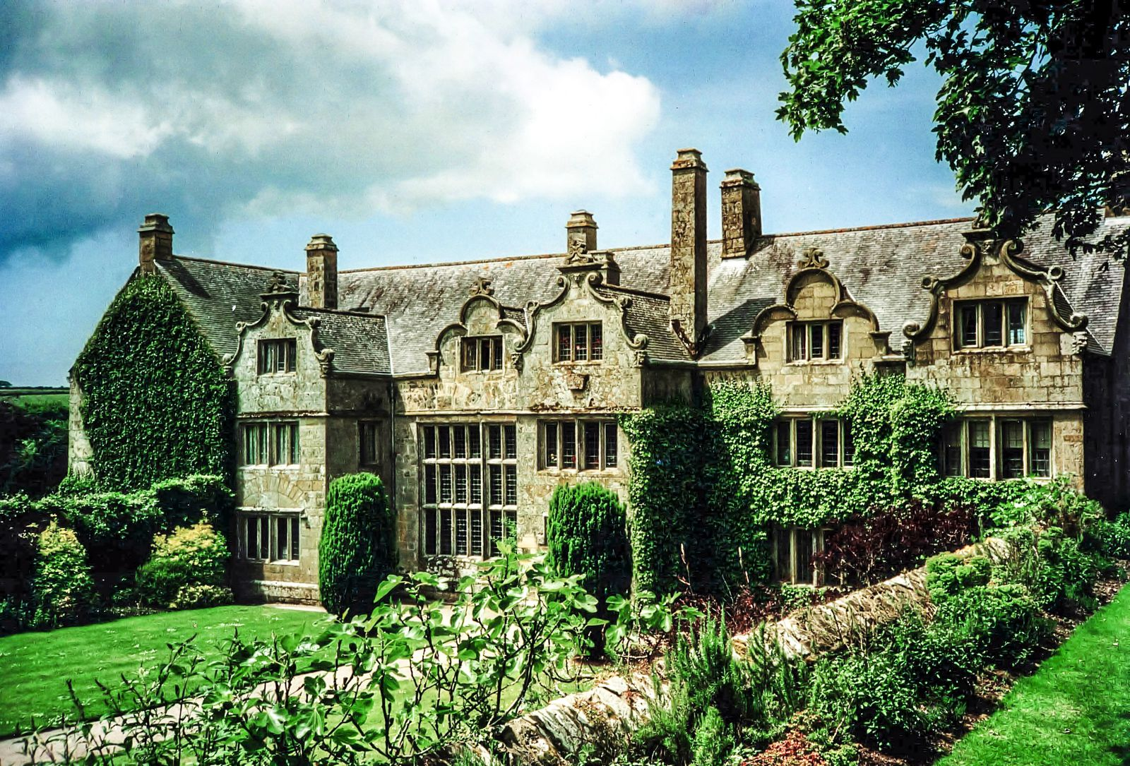 7 mystical castles and manors you must see in cornwall for Manors for sale in usa