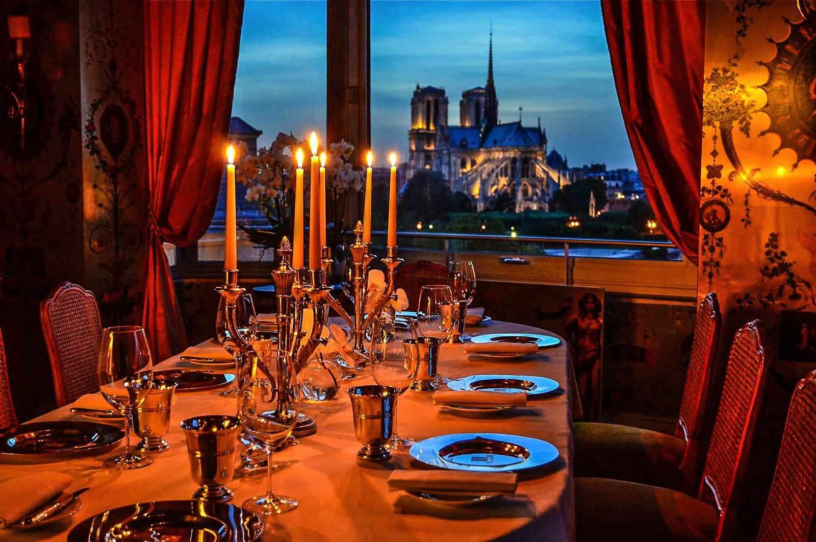 10 amazing restaurants with the best views in paris hand for Paris restaurant