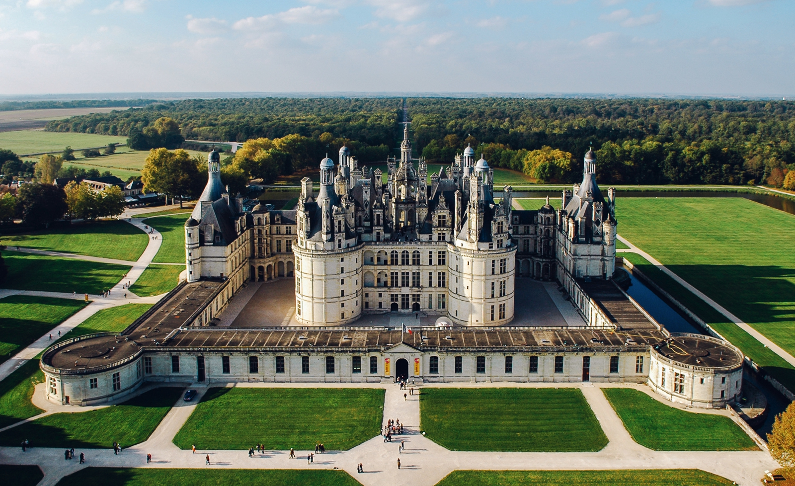 10 fairytale castles you must explore in france hand for Castles to stay in france