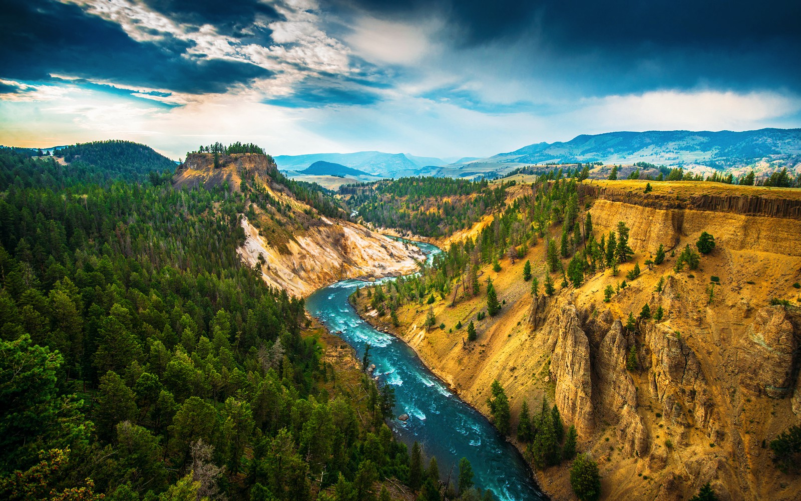 10 Dramatic Sights You Have To See In Yellowstone National Park, USA (1)