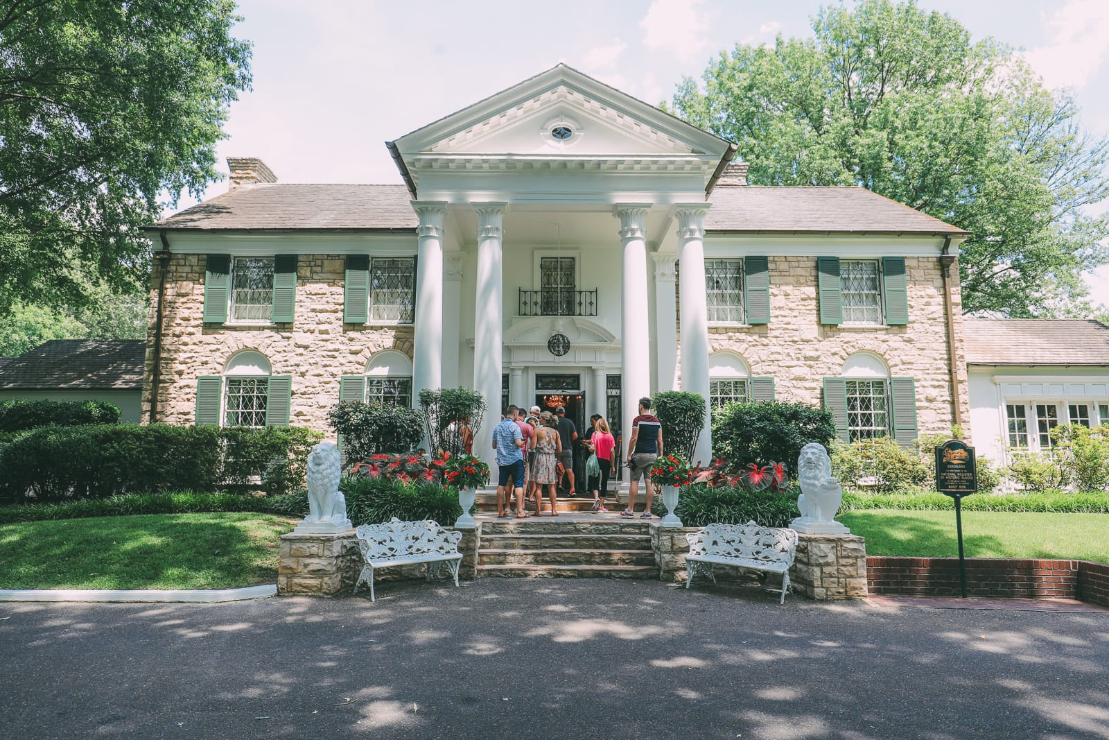 Visiting Graceland - The Home Of Elvis Presley (8)